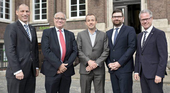 IHK-Hauptgeschäftsführer Jürgen Steinmetz (r.) und Ron Brinitzer (IHK-Geschäftsführer des Bereichs Innovation/Umwelt, l.) begrüßten die Gäste.