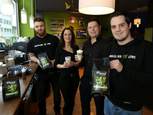 Ganz auf bergischen Kaffee eingestellt (v.l.) : Simon Riesebeck, Stephanie Rigano, Lorenzo Rigano und Christoph Imber bei der Präsentation in der ErlebBar.