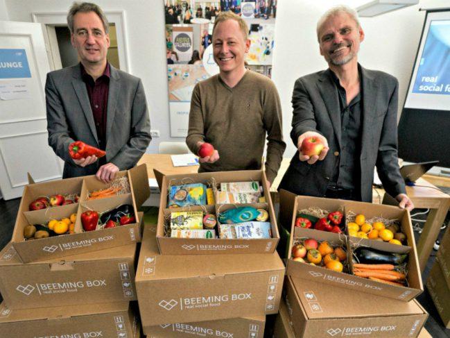 Umwelt-Dezernent Ralf Krumpholz, Beeming-Box-Gründer Jens Schneiders und Dirk Sander vom Social Impact Lab (v.l.) bei der Vorstellung der Beeming Box.