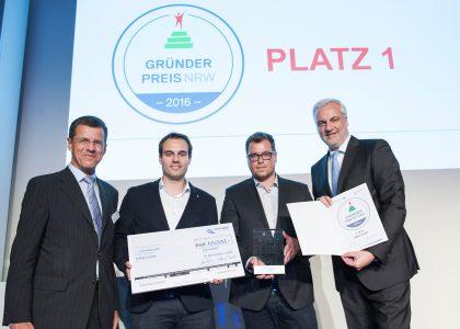 Eckhard Forst, Vorstandsvorsitzender der NRW.BANK, Daniel Krahn und Daniel Marx von der UNIQ GmbH (Urlaubsguru.de) und NRW-Wirtschaftsminister Garrelt Duin (© Bildnachweis: MWEIMH NRW/Kolja Matzke)