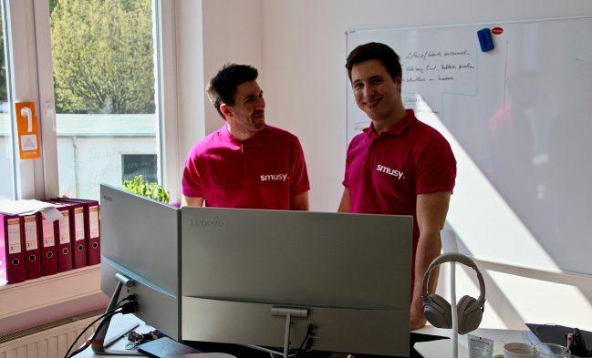 Marc Schulze und David Mathauschek (l.) wollen mit der Smusy-App erreichen, dass Schüler einfacher die richtige Ausbildung finden. Foto: Wolfgang Weitzdörfer