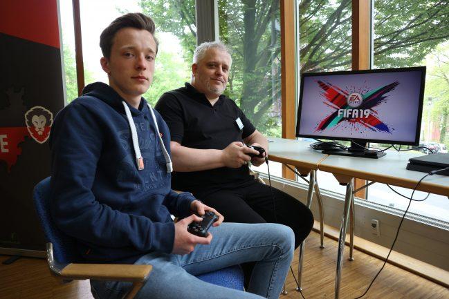 """Leon Falter (l.) ist einer der weltweit besten Fifa-Spieler. Bernd Unger gründete """"Stage5 Gaming"""". Foto: Fred Lothar Melchior/Fred Lothar melchior"""