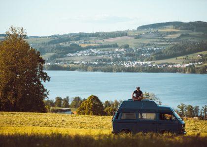Gründer Dirk Fehse auf einem der VW-Bullis der Plattform Paulcamper. Foto: Paulcamper/Konrad Stöhr