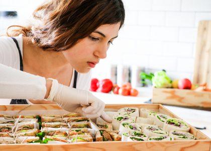 Ohne tierische Produkte, gesund und hübsch angerichtet: Mit diesem Konzept hat sich die 27 Jahre alte Sanaz Omizadeh mit ihrem veganen Catering in Düsseldorf selbständig gemacht. Foto: Omidzadeh
