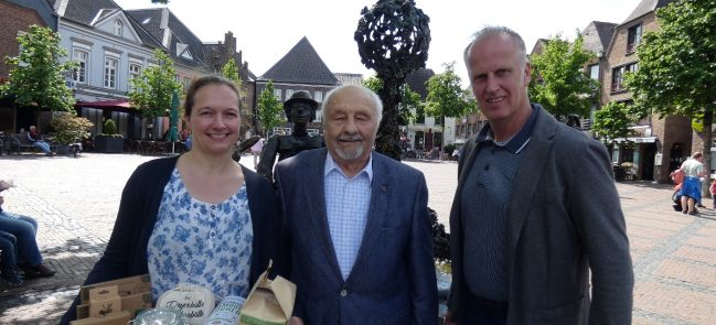 Melanie Dornis mit Hans Dietze (M.) und Straelens Wirtschaftsförderer Uwe Bons. Foto: Wirtschaftsförderung Straelen