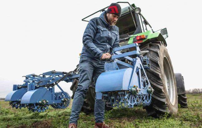 Landwirt André Dülks will auf Glyphosat verzichten und entfernt das Unkraut auf seinen Felder mit einer großen mechanischen Hacke. Foto: Hans-Juergen Bauer (hjba)
