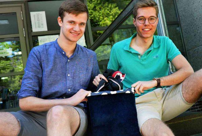 Benedikt Albertsen (links) und Jan Jürgens, die beiden Schüler aus dem Collegium Augustinianum Gaesdonck, mit ihrem Rucksack. Foto: Klaus-Dieter Stade (kds)/Stade, Klaus-Dieter (kds)