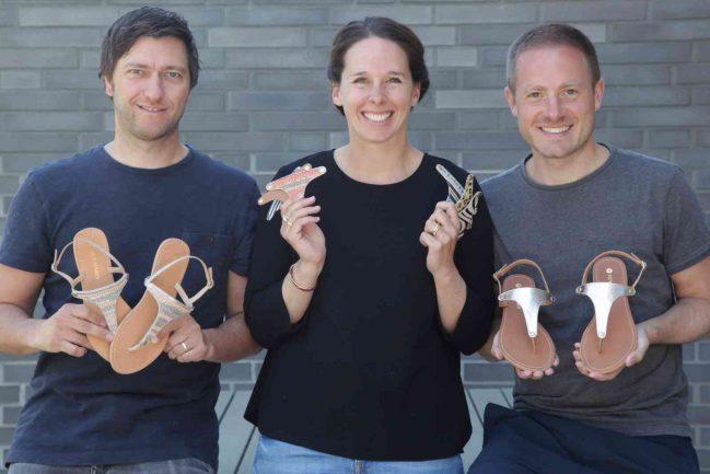 Daniel Brunner (v.l.) sowie Paula und Philip Neidhart präsentieren einige verschiedene Hey Marly-Sandalen. Foto: RP/Hey Marly