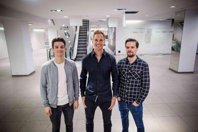 Matti Levesque (v.l.), Martin Bressem und Moritz Nikula von Brickspaces im leeren früheren H&M an der Schadowstraße. Foto: Anne Orthen (ort)