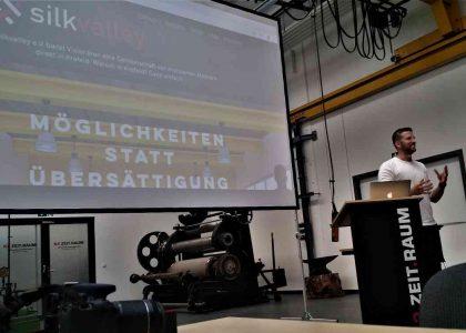 """Josua Waghubinger vom Spieleentwickler """"triclap"""" erläutert im K2-Tower von Kleinewefers die Ziele des Vereins """"silkvalley"""". Foto: Jens Voss"""