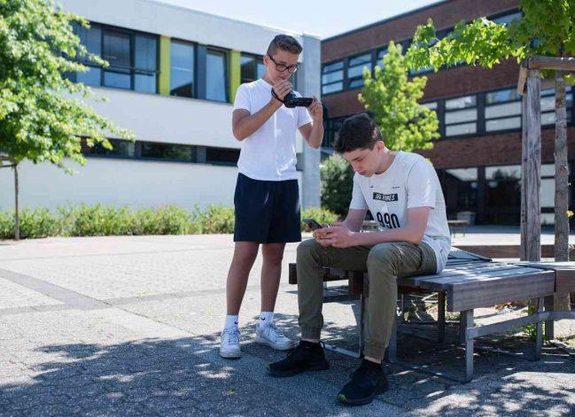 Gelernt im Digi Camp: Tom Heitland (l.) und Hendrik Walter nahmen an einem Youtube-Workshop teil und produzierten ein Video über Handysucht. Foto: Bauch, Jana (jaba)